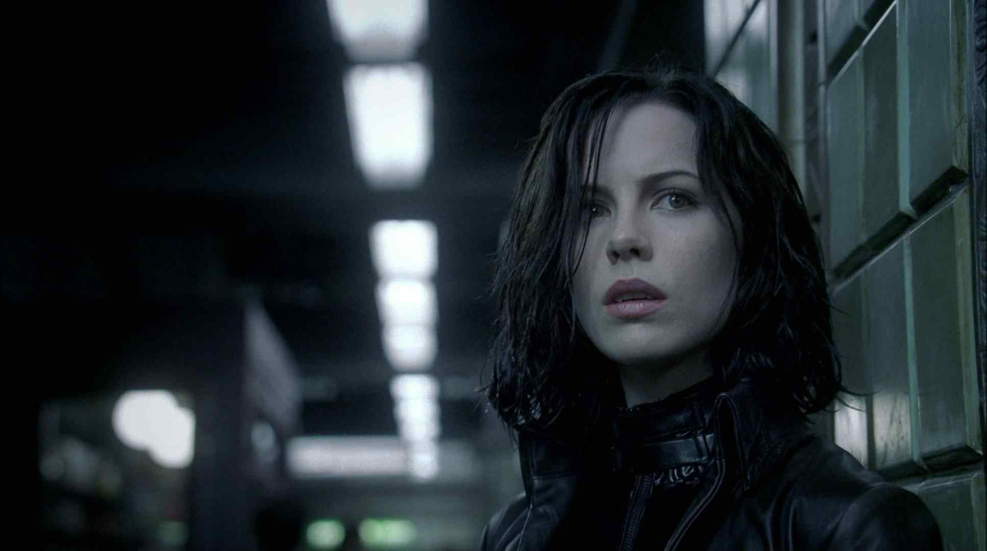Selene (Kate Beckinsale) in the subway tunnel in Len Wiseman's Underworld.