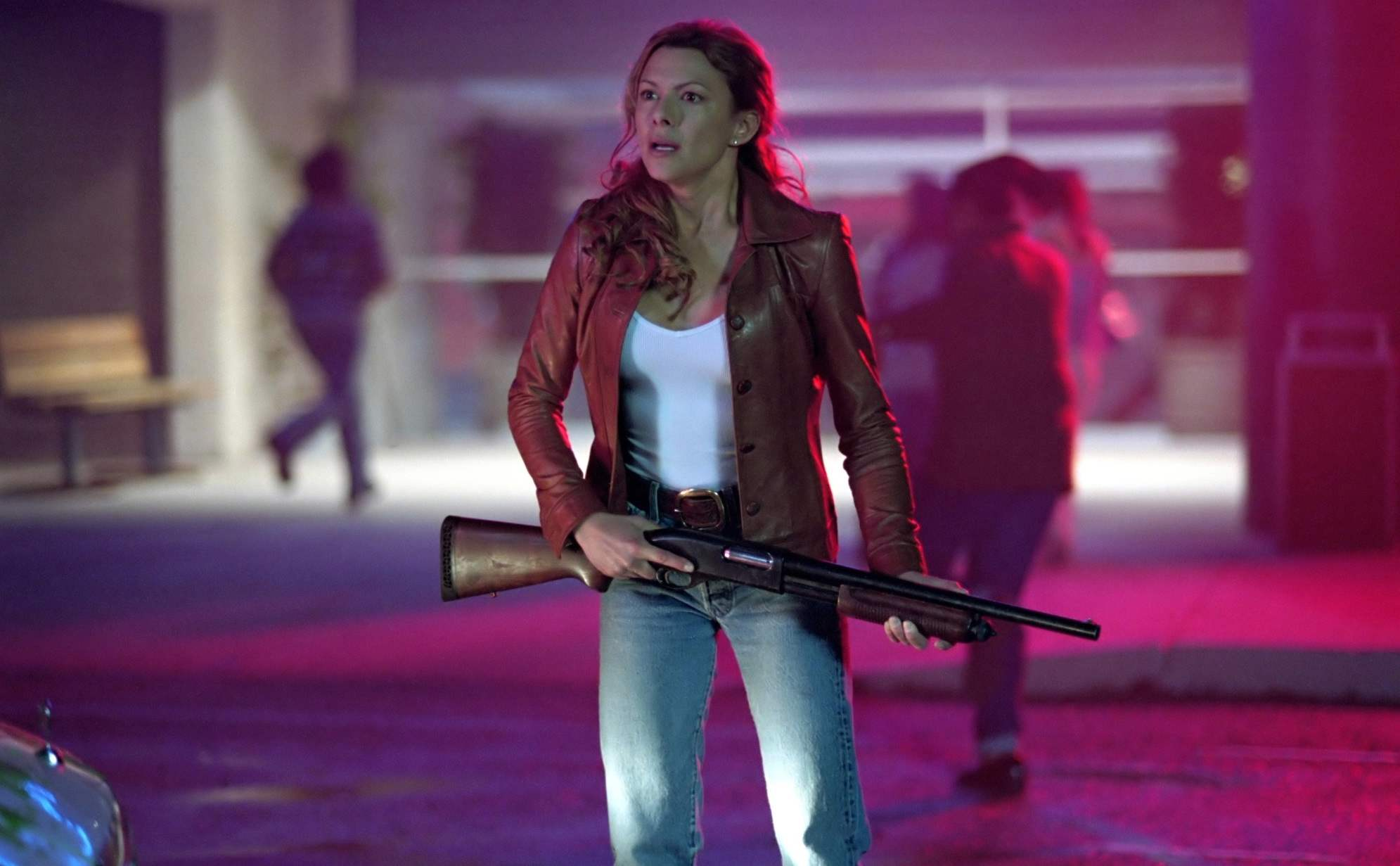 Full shot of Sam (Kari Wuhrer) with shotgun in Eight Legged Freaks