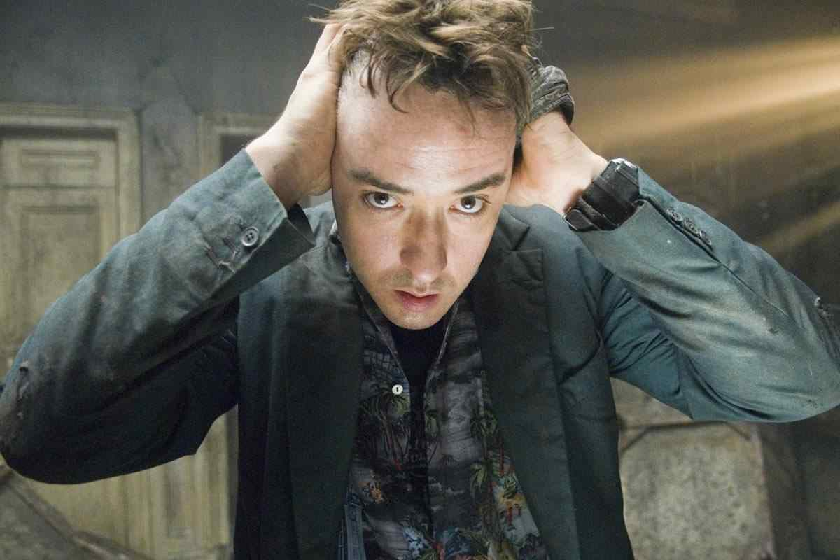 Mike (John Cusack) in the 2007 Mikael Håfström directed supernatural horror film 1408.
