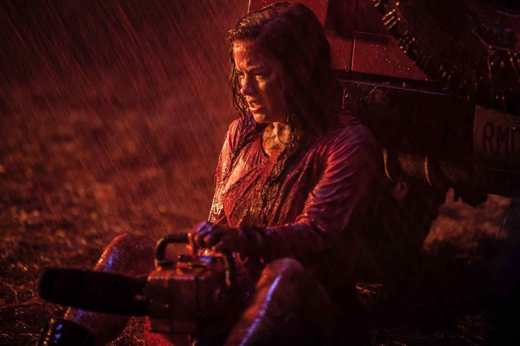 Mia (Jane Levy) with chainsaw in hand in the Fede Alvarez remake Evil Dead 2013.
