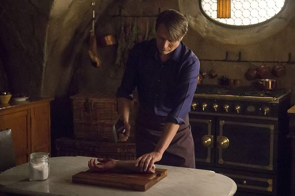 Hannibal butchers the arm of a previous victim in episode three, Secondo