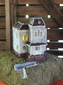 bates motel cake featuring the psycho house made famous by the bateman family.